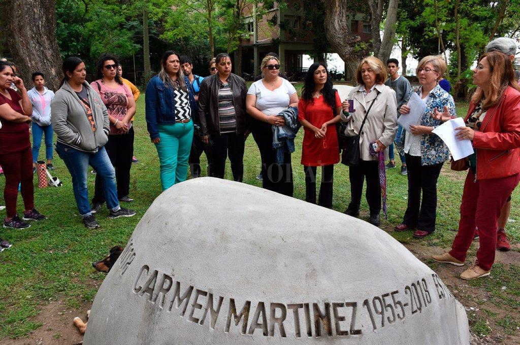 Cenotafio. El Memorial está levantado con piedras que llevan los nombres de 26 víctimas de violencia de género de la ciudad de Santa Fe, en representación de el resto. Crédito: Flavio Raina.