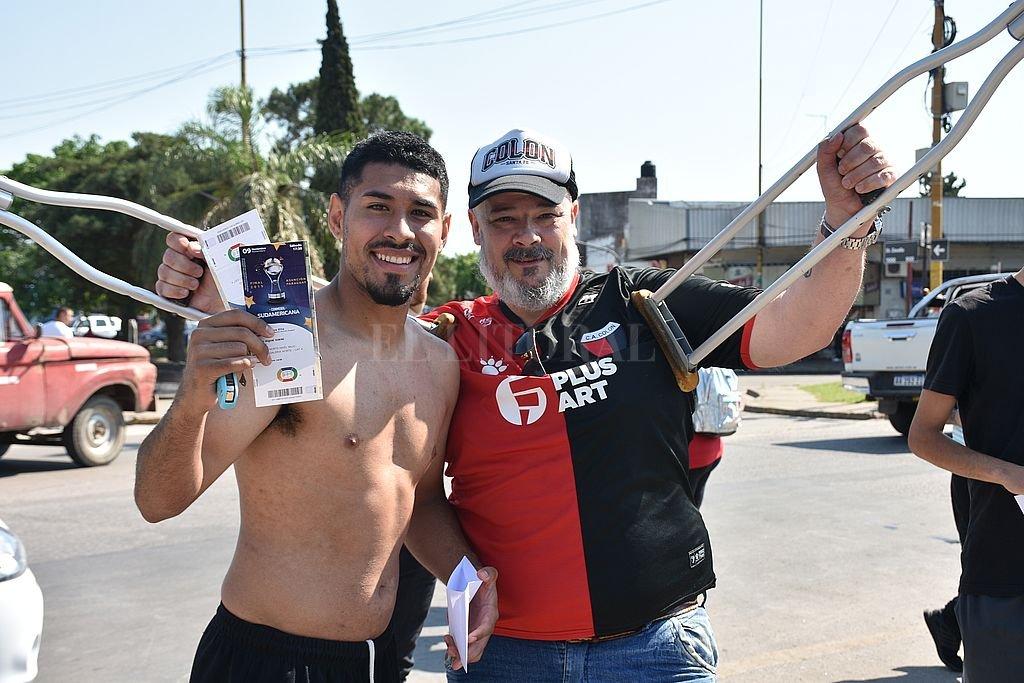 La satisfacción de los hinchas sabaleros, ya con la entrada en sus manos. <strong>Foto:</strong> Flavio Raina