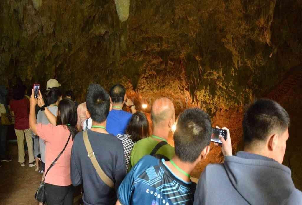 Visitantes en la cueva Tham Luang <strong>Foto:</strong> Agencias