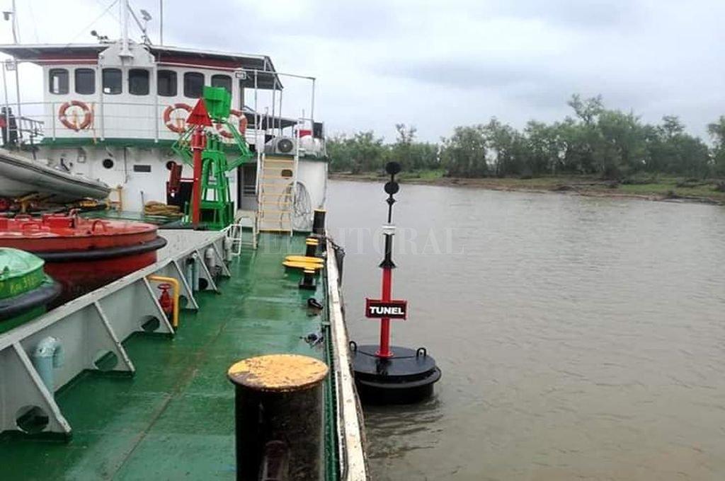 La boya estará colocada hasta que el río alcance su altura normal. Crédito: Gentileza Prensa Túnel Subfluvial