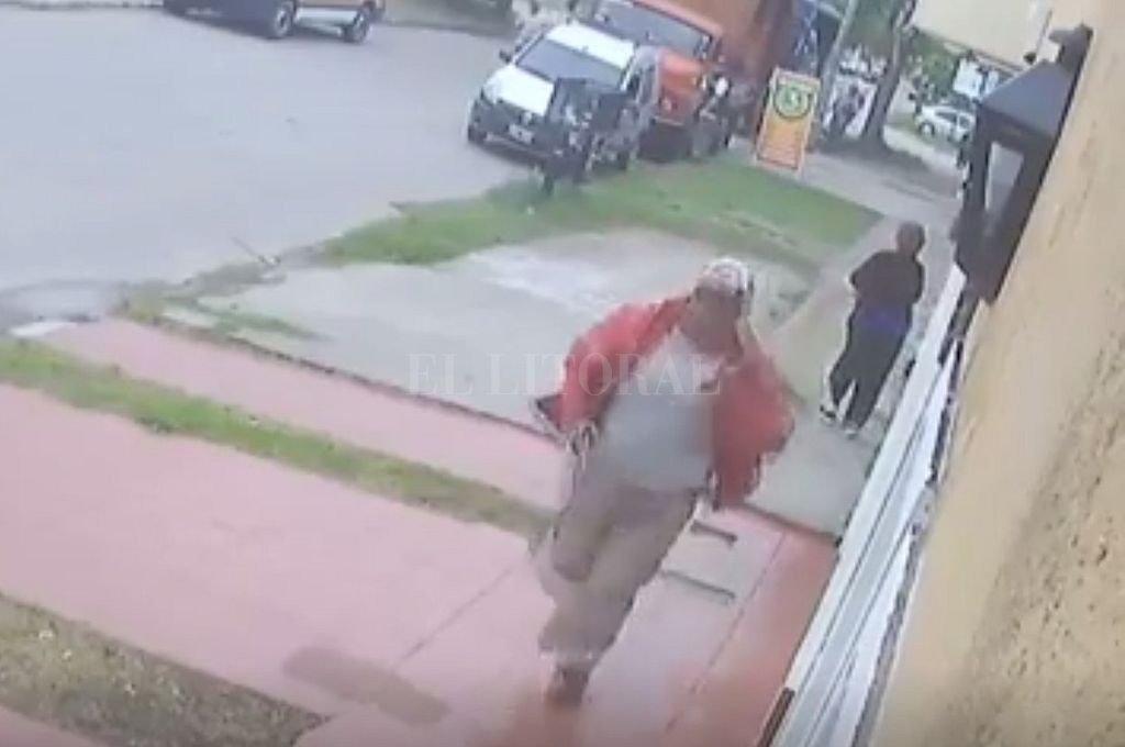 El policía corre hasta donde estaba Saucedo, que ya fue herido de muerte. <strong>Foto:</strong> Captura digital