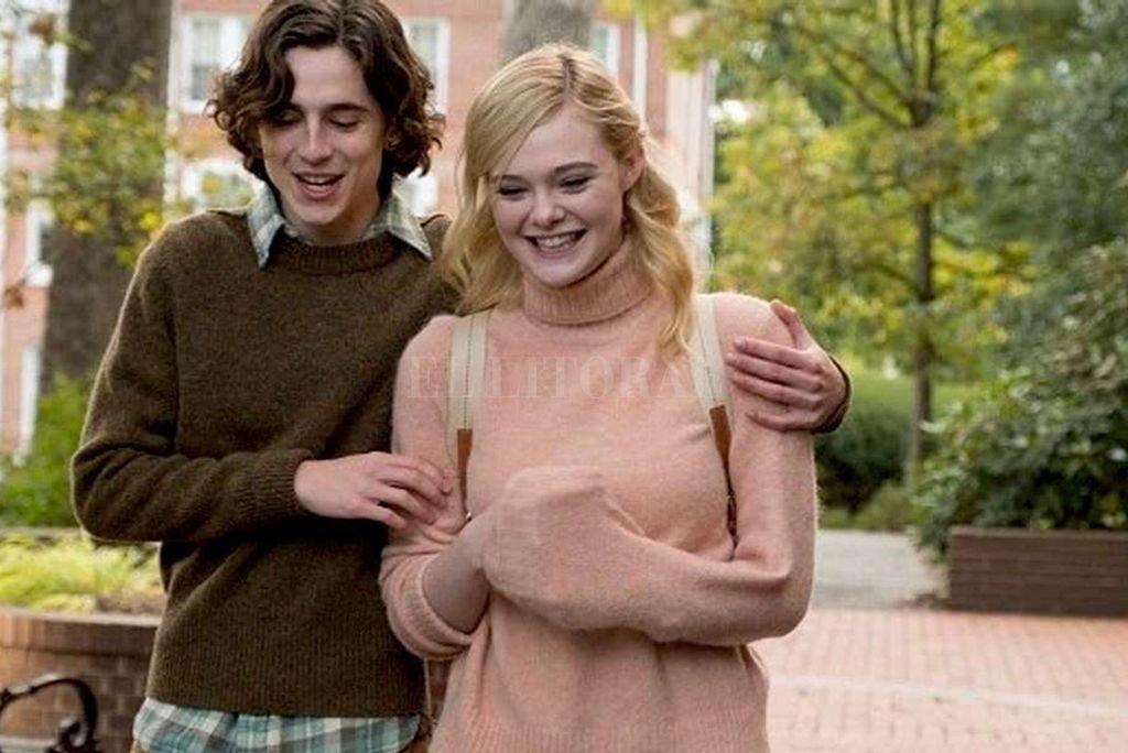 Los planes de Gatsby (Timothée Chalamet) y Ashleigh (Elle Fanning) para un fin de semana romántico en Nueva York se interrumpen de manera súbita. <strong>Foto:</strong> Gentileza Amazon Studios