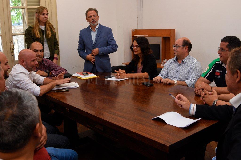 De la reunión en la cartera laboral participaron representantes de la empresa, funcionarios municipales y un delegado del Sindicato de Camioneros. Crédito: Flavio Raina.