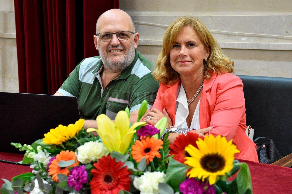 Fabio Bastide y María Gabriela Ragogna en el Paraninfo, minutos antes del taller. <strong>Foto:</strong> Luis Cetraro