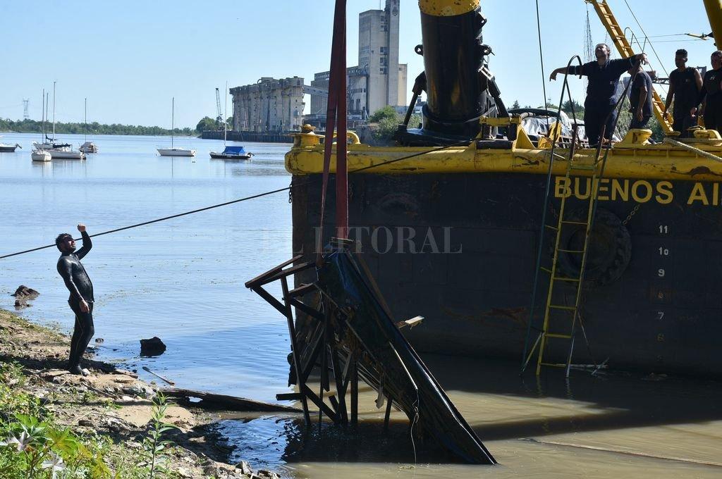 Afuera. Los restos son alojados en la orilla y una vez que se retiren todos los escombros serán retirados del predio del Puerto. Crédito: Luis Cetraro