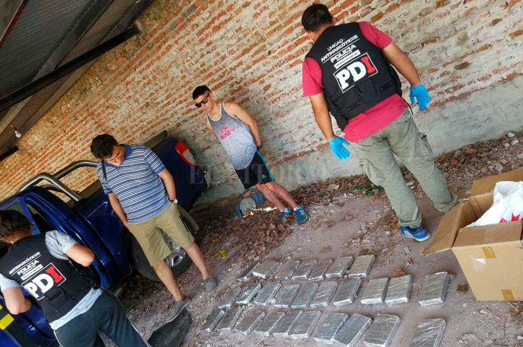 Toda la cocaína secuestrada se encontraba dentro de dos vehículos de alta gama, que estaban estacionados en un garaje de barrio Transporte. <strong>Foto:</strong> El Litoral.