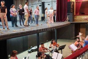 El amor en clave de canto - El maestro inglés Phillip Salmon al frente de la orquesta y los cantantes, durante uno de los ensayos. -