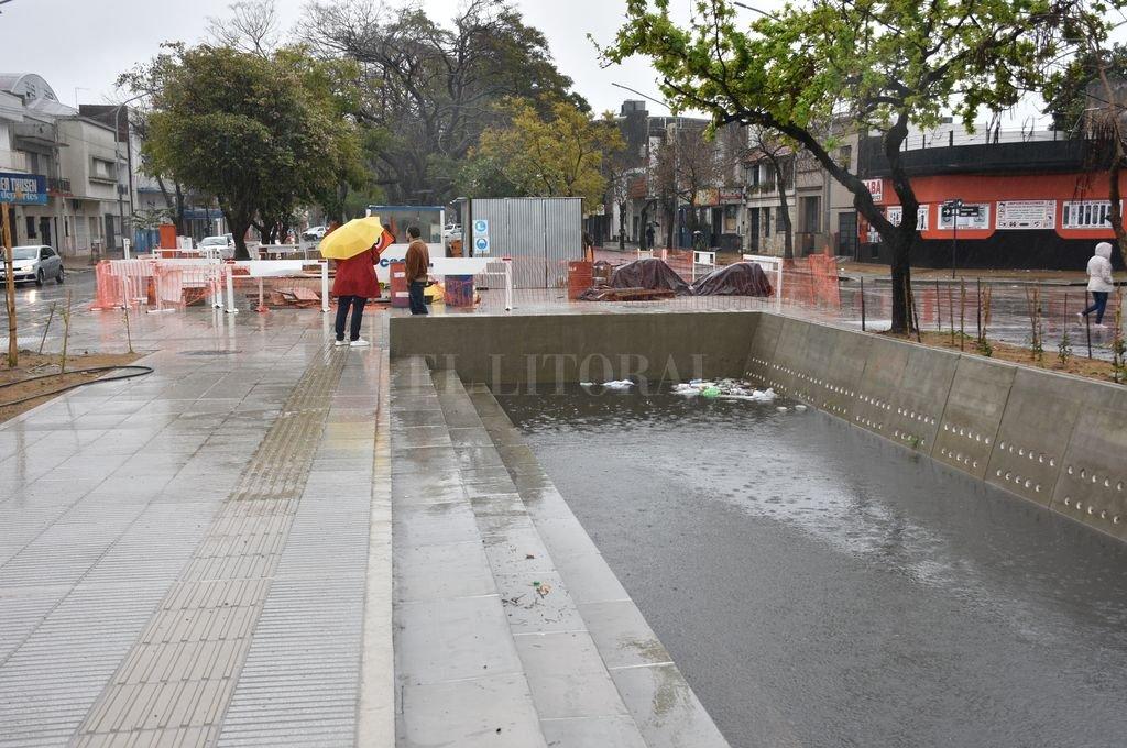 Retardadores. El reservorio de lluvia, en avenida Freyre y Catamarca, pasó la prueba y cuando caen intensas precipitaciones, la zona no queda anegada. Crédito: Flavio Raina