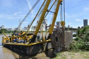Terminaron de remover la casa flotante hundida en el Dique II del Puerto local - Últimos restos. El pontón de hormigón fue la última parte hundida de la casa en retirarse.