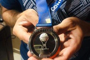 Gaitán, kinesiólogo de Colón, le regaló la medalla de la final a la familia del hincha fallecido