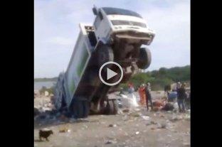 Video: Un camión de la basura un poco indómito