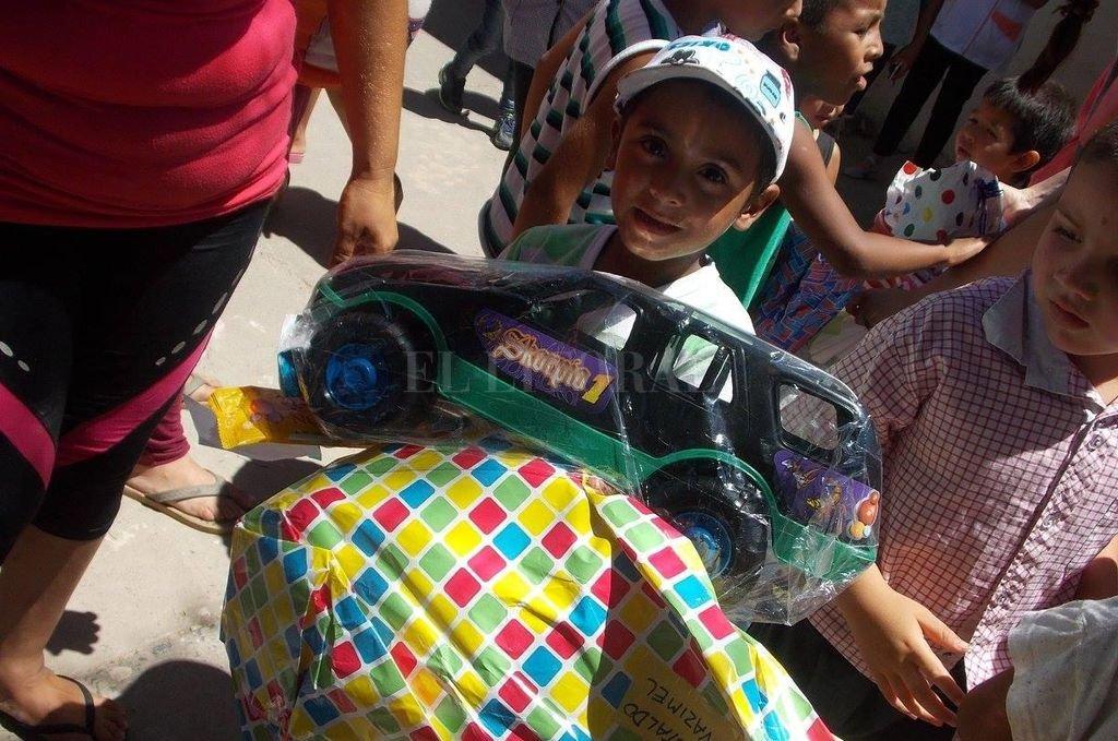 Apadrina un niño en Navidad, una campaña solidaria que dibuja sonrisas en rostros de más de 1.500 chicos de escuelas primarias de San Cristóbal y zonas rurales. <strong>Foto:</strong> Agencia
