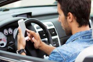 Seis de cada diez conductores admite usar audios de Whatsapp mientras conduce