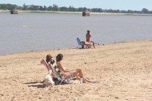 Las playas no estarán habilitadas como balnearios esta temporada - Los ciudadanos comienzan a disfrutar de la playa durante este mes de noviembre. -