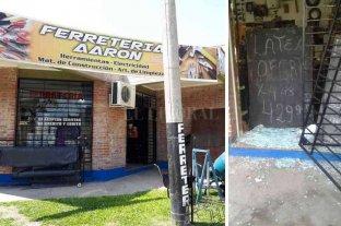 Robo y daños en una ferretería  - No es la primera vez que este negocio es golpeado por la delincuencia.Previo a romper dos puertas blíndex, los rufianes violentaron una pesada reja. -