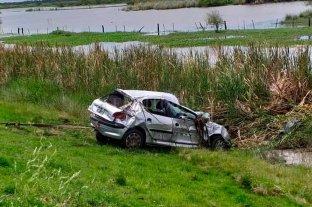 Ex combatiente rescató  una mujer accidentada - Tras ser rescatada del vehículo, la mujer fue trasladada al hospital Rawson donde quedó internada con politraumatismos. -