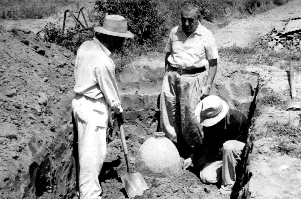 El tesoro que dejaron las ruinas: viaje al corazón profundo de Santa Fe La Vieja - Pionero. Agustín Zapata Gollán (parado de frente) fue el historiador que inició las primeras excavaciones en Santa Fe La Vieja.  -
