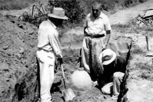 El tesoro que dejaron las ruinas: viaje al corazón profundo de Santa Fe La Vieja - Pionero. Agustín Zapata Gollán (parado de frente) fue el historiador que inició las primeras excavaciones en Santa Fe La Vieja.
