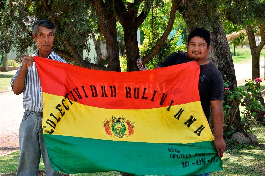 Raíces. A pesar de estar cientos de kilómetros de su país, Ermelindo y Fabián se sensibilizan por la crisis social y política que vive Bolivia.  Crédito: Flavio Raina.