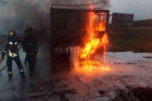 Un camión cisterna con alcohol se prendió fuego en la Autopista Córdoba- Rosario