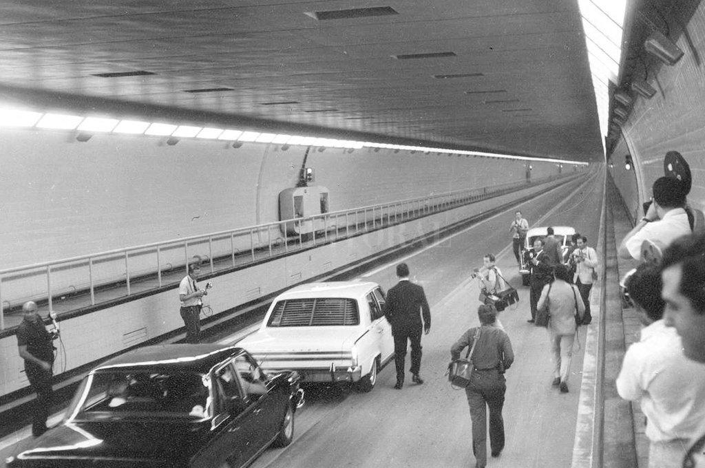 Un Rambler y un Torino. Los dos primeros automóviles en cruzar el túnel el 13 de diciembre de 1969.  Crédito: Archivo - El Litoral