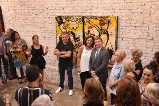 """Carlos Monge: por partida doble - La inauguración de la muestra de pinturas titulada """"Yo y Qué?"""", en la galería Made Por Amor al Arte (el artista al centro, de brazos cruzados). -"""