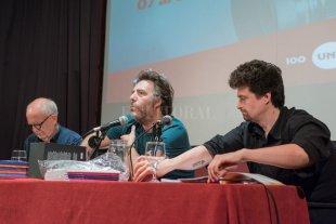Un cineasta a contracorriente  - Mariano Llinás (centro) durante una de las mesas de discusión que se dispusieron durante el encuentro, para afrontar diversos temas, en especial las perspectivas del cine hacia el futuro. Lo acompañan Raúl Beceyro y Agustín Falco. -