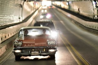 Con el cruce de autos clásicos y antiguos, reeditaron la inauguración del Túnel Subfluvial
