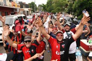 Colón creó una categoría de socio internacional - La procesión de hinchas sabaleros por las calles de Asunción, en las horas previas al gran partido final. Impacta en el mundo entero lo que hizo Colón en Paraguay. -