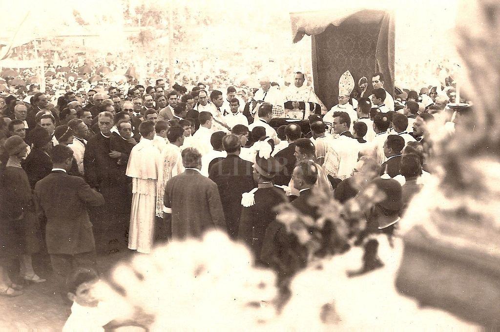 El coronamiento de la imagen de la Virgen de Guadalupe ocurrió el 22 de abril de 1928. Vinieron obispos de todo el país, y una multitud de feligreses acompañó la ceremonia. <strong>Foto:</strong> Archivo El Litoral