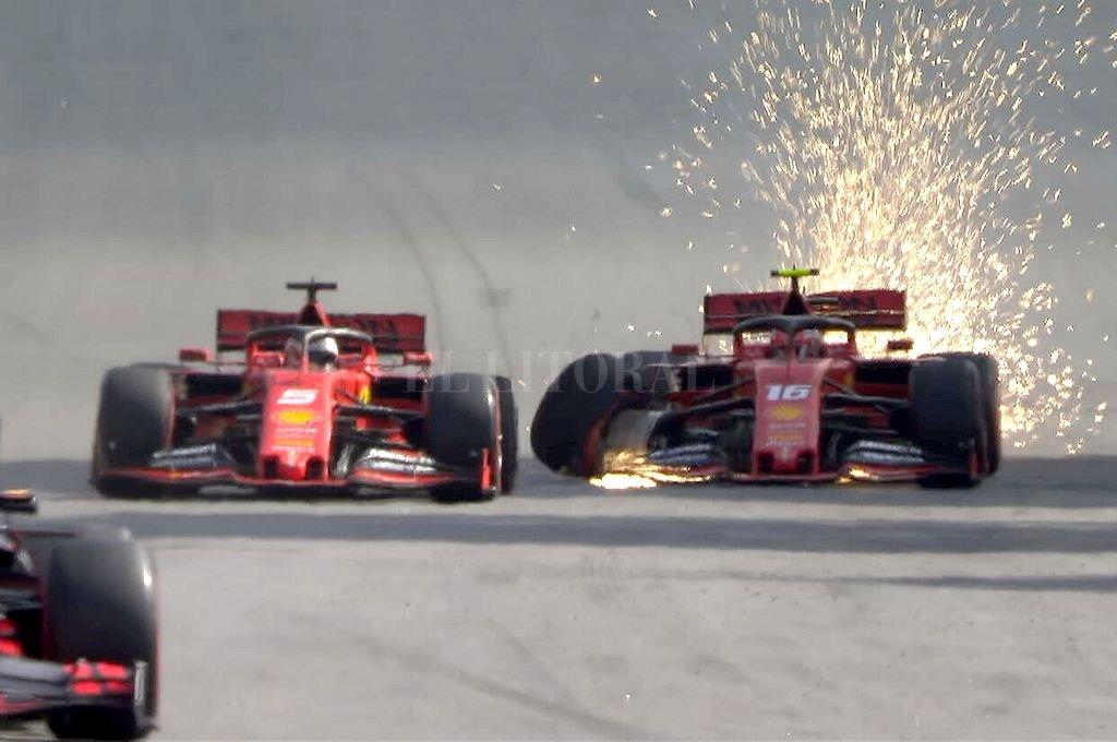 Momento en el que los pilotos de la escudería de Maranello se tocan en la recta opuesta de Interlagos. Los dos quedaron afuera. <strong>Foto:</strong> @F1