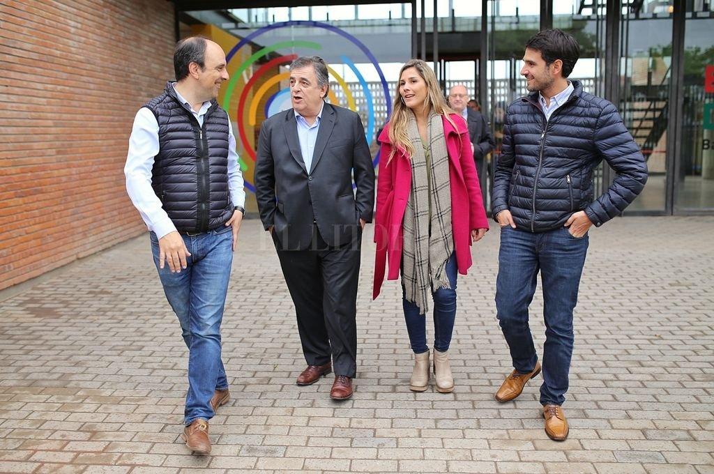 José Corral, Mario Negri, Ximena García y Juan Martín en primer plano. Atrás, Albord Cantard, en una visita al nuevo jardín de infantes, en barrio Barranquitas.  Crédito: Archivo El Litoral