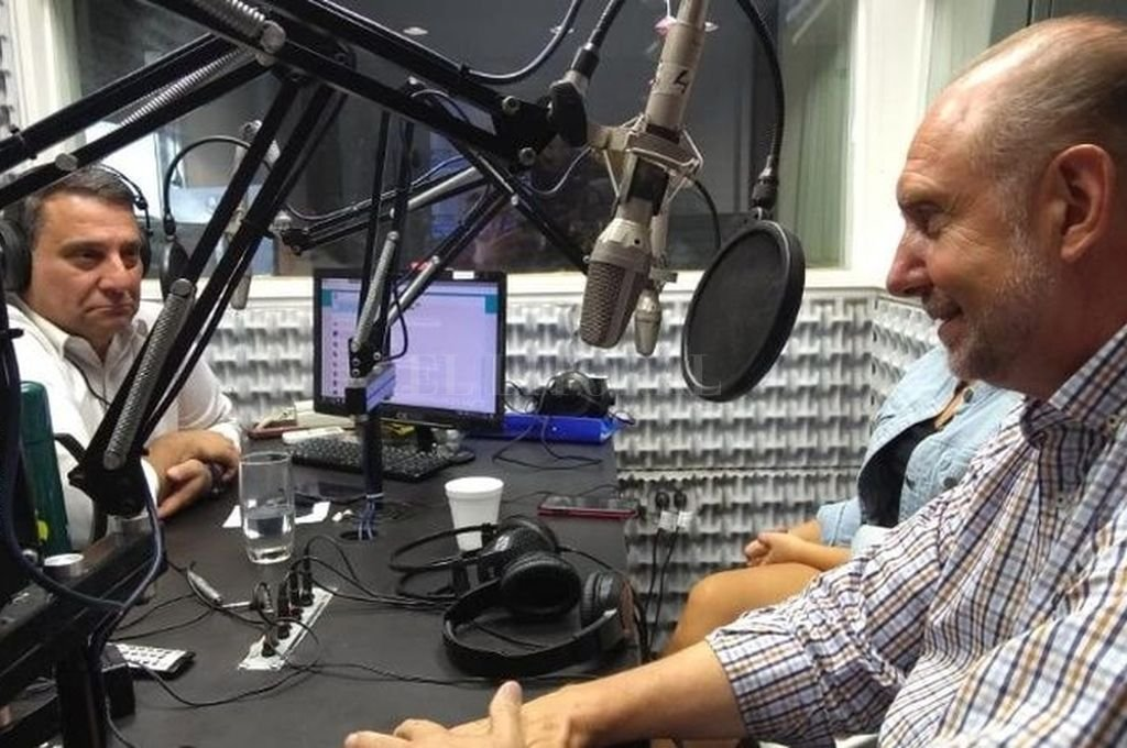 Leo Ricciardino entrevistando a Omar Perotti. Crédito: Archivo El Litoral