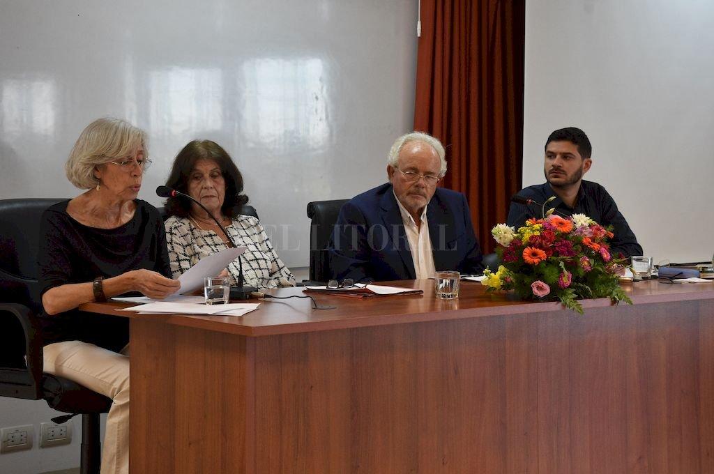 El simposio fue una ocasión de diálogo entre los ponentes y un público conformado por exalumnos, colegas y familiares del doctor De Zan.  <strong>Foto:</strong> Luis Cetraro