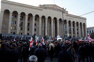 Oposición georgiana bloquea la sede del Parlamento, pide renuncias y es reprimida por la policía