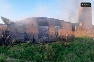 Puso en alquiler una casa y todo terminó en un infierno - Pese a la actuación de los bomberos el fuego destruyó por completo la vivienda  -