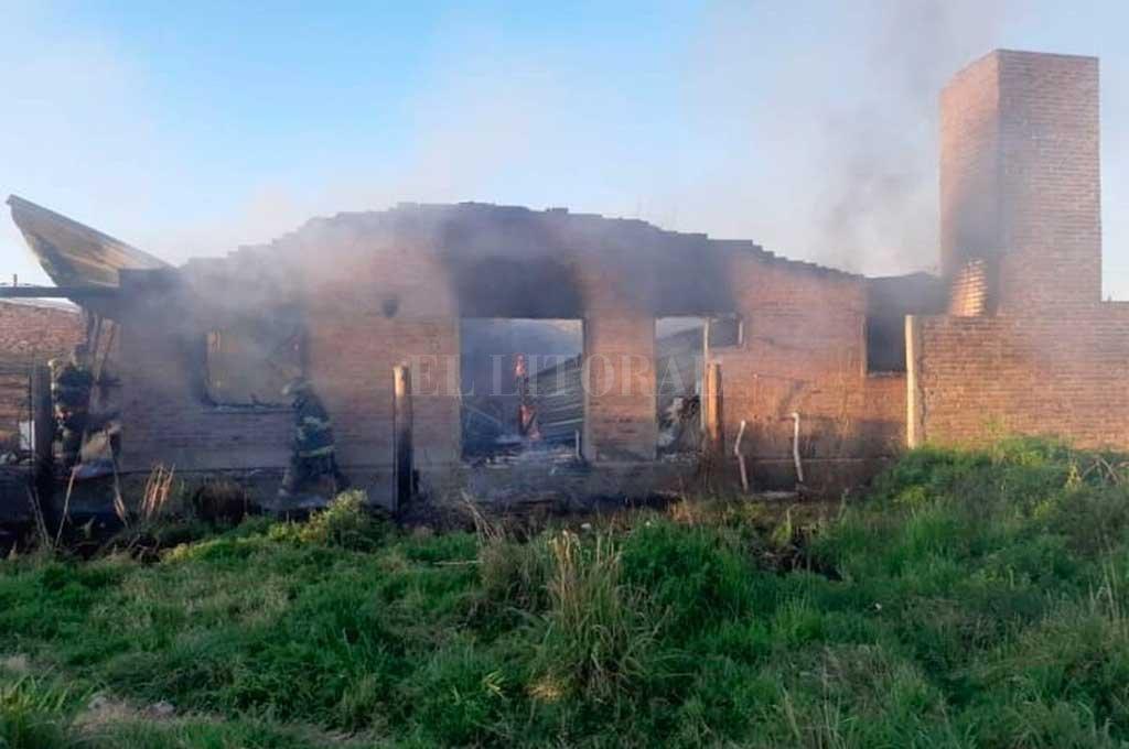 Pese a la actuación de los bomberos el fuego destruyó por completo la vivienda  <strong>Foto:</strong> Gentileza