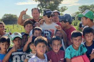 """Marcos """"Chino"""" Maidana visitó Vera y repartió billetes a los nenes del lugar -  -"""
