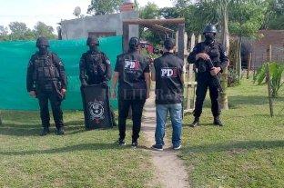 Imputaron a dos hombres por el asesinato de Miguel Frutos - Personal de la PDI durante uno de los allanamientos realizados el sábado. -