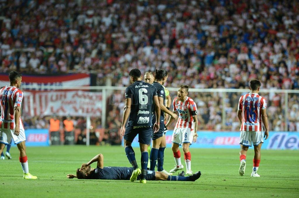 """Una roja injusta </BREVES TXT>No lo puede creer Bottinelli cuando Néstor Pitana le muestra la roja en el 15 de Abril, lo que lo """"saca"""" del gran partido de este domingo en La Bombonera contra Boca. Sobre llovido, mojado: además de estar suspendido, se lesionó en un entrenamiento jugando para los suplentes. Salado mal. <strong>Foto:</strong> Luis Cetraro"""