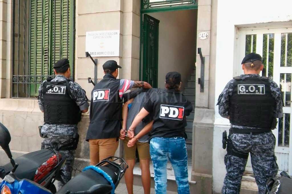 El momento en que el menor es conducido por los agentes a la sede policial. Crédito: El Litoral