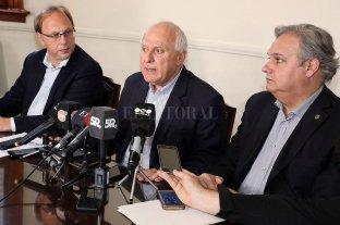 El Presupuesto ya está en el Senado - El gobernador Miguel Lifschitz flanqueado por los ministros de Economía, Gonzalo Saglione, y de Gobierno, Pablo Farías. -
