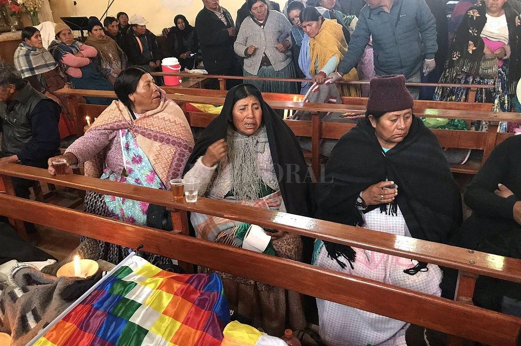 Los cuerpos de las víctimas fueron velados en los bancos de una iglesia. Crédito: Captura digital