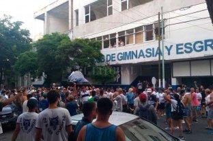Hinchas de Gimnasia no se resignan y piden la vuelta de Maradona