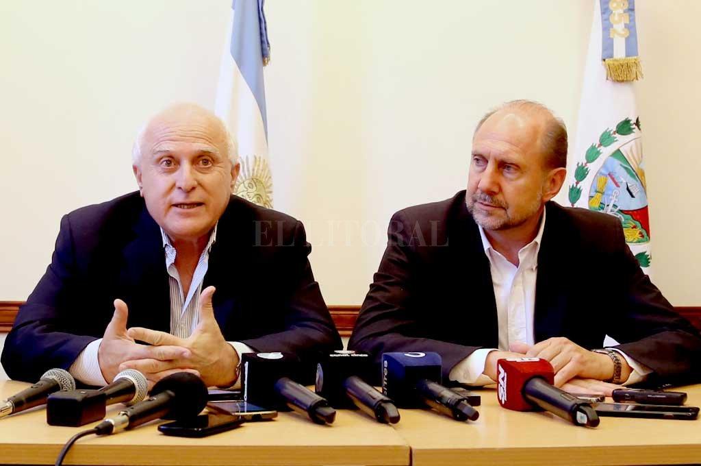 El sector de Perotti insiste con el traspaso en la explanada de Casa de Gobierno - ¿Habrá foto entre el gobernador saliente y el entrante el 11 de diciembre? Por el momento sigue el tire y afloje -