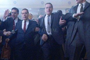 """Sindicato del crimen - """"El irlandés"""": Frank Sheeran (Robert De Niro), un buscavidas y asesino a sueldo, junto a  Jimmy Hoffa (Al Pacino), presidente del Sindicato de Camioneros. -"""