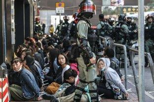 Más manifestantes abandonan universidades tomadas en Hong Kong antes de elecciones locales