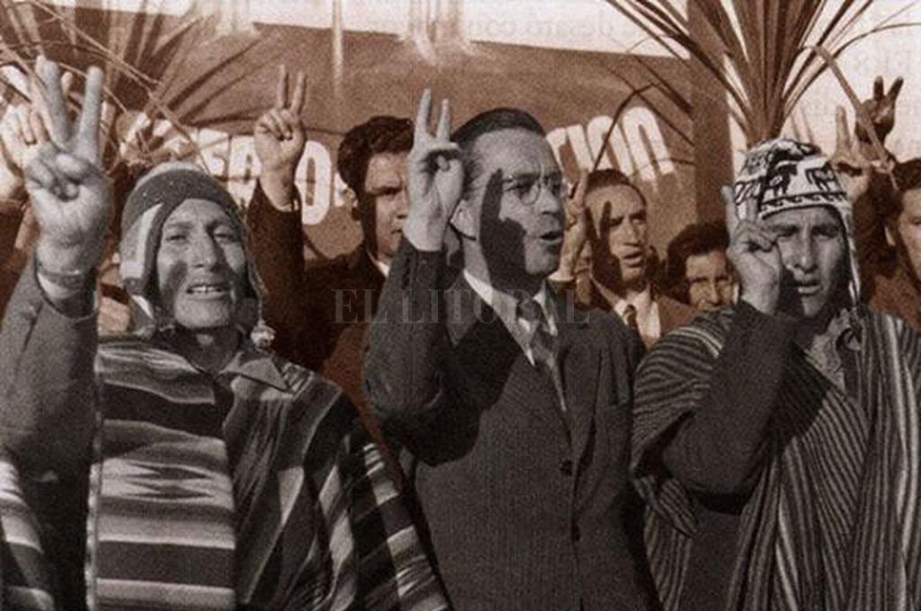 El presidente de Bolivia Paz Estenssoro junto a campesinos al firmar la Reforma Agraria <strong>Foto:</strong> Archivo