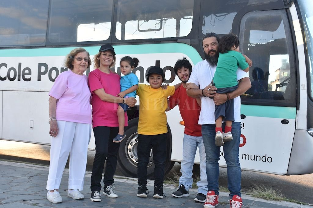 La familia Gauna: Martín, Tete, Pablo, Abu Miryam, Juani, Diogo e Indra (la bebé está en camino) Crédito: Manuel Fabatía