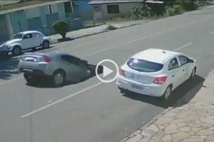 Video: Un auto cayó a un socavón en Brasil